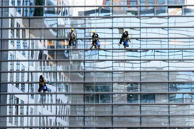 ניקוי חלונות מקצועי בגובה – למי קוראים?